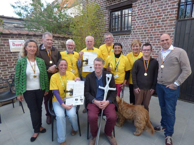 Organisatrice Katrien Delanote (met affiche) met enkele afgevaardigden van de stad, wandelclub De Natuurvrienden en STAPH.