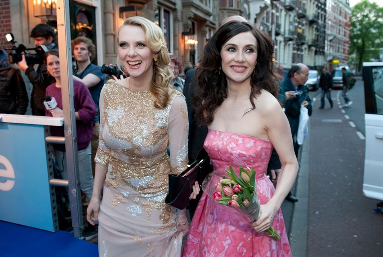De actrice en zussen Jelka en Carice van Houten komen aan bij het DeLaMar Theater  in Amsterdam voor de galapremière van de film Jackie.   Beeld null
