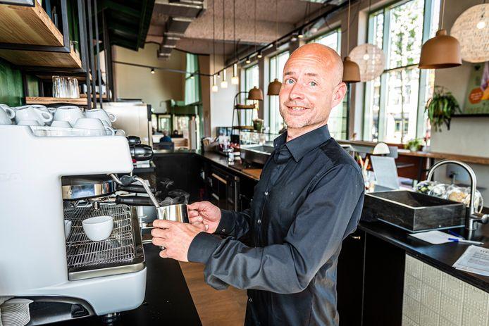 Wouter de Lijster is verantwoordelijk voor Grand cafe 'Kade 10' in de nieuwe bibliotheek van Alphen.