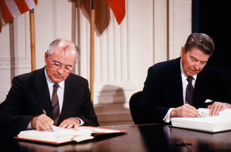 Mikhaïl Gorbatsjov en de toenmalige Amerikaanse president Ronald Reagan bij de ondertekening van het verdrag in 1987. Beeld Getty Image