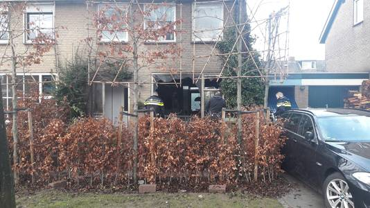 De ochtend na de brand doet de politie onderzoek bij de woning.