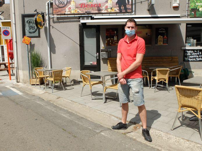Cafébaas Niels Van Peer van Kafee Spek aan zijn terras.