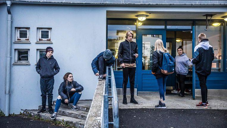 Op weg naar huis van de 'leisure club'. Maandag en woensdag kunnen de leerlingen 's avonds vrijwillig tussen half acht en tien uur naar school en hun vrienden ontmoeten. Beeld Marlena Waldthausen.