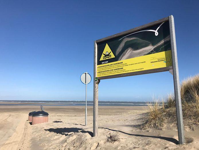 Grote borden waarschuwen mensen voor de gevaren van de Verklikkerplaat voor het strand van Renesse.