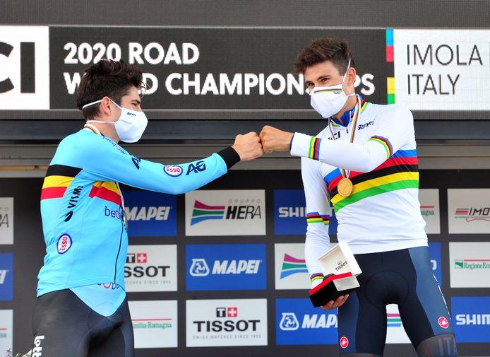 Filippo Ganna geeft Wout van Aert een boks.