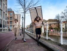 Samenwonen, maar eerst sjouwen: Thomas (24) en Marit (23) zeulen met hun lattenbodems door de stad