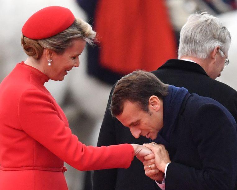 De Franse president Macron begroet koningin Mathilde. Beeld BELGA