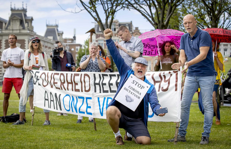 Actievoerders demonstreren op het Museumplein in Amsterdam tegen de coronamaatregelen.