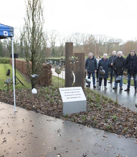 Onthulling gedenkmonument overleden kinderen in Nijverdal 'ontroerend'