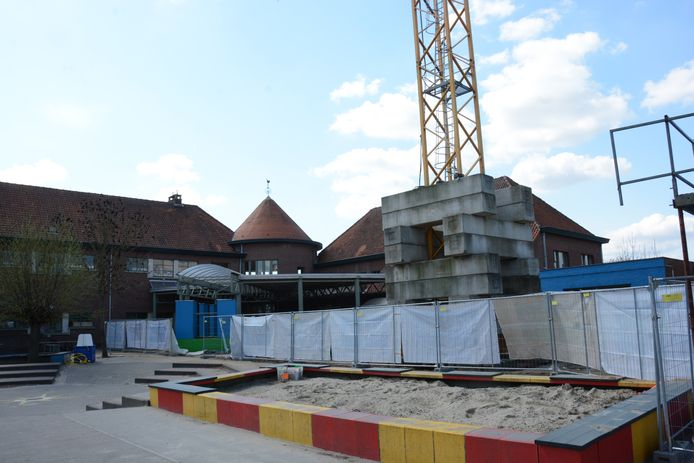 Een stuk speelplaats is omheind met  hekken. De school zal het komende jaar één grote werf zijn.