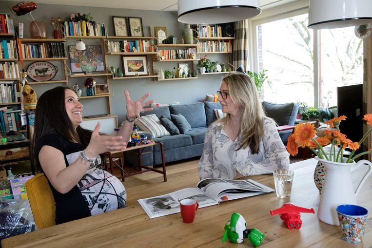 Doula Sophie Bos is in gesprek met de zwangere Nicoletta.  Beeld Inge van Mill