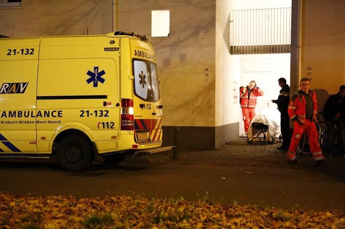 Ambulancebroeders bij de woning van de moeder en haar baby.