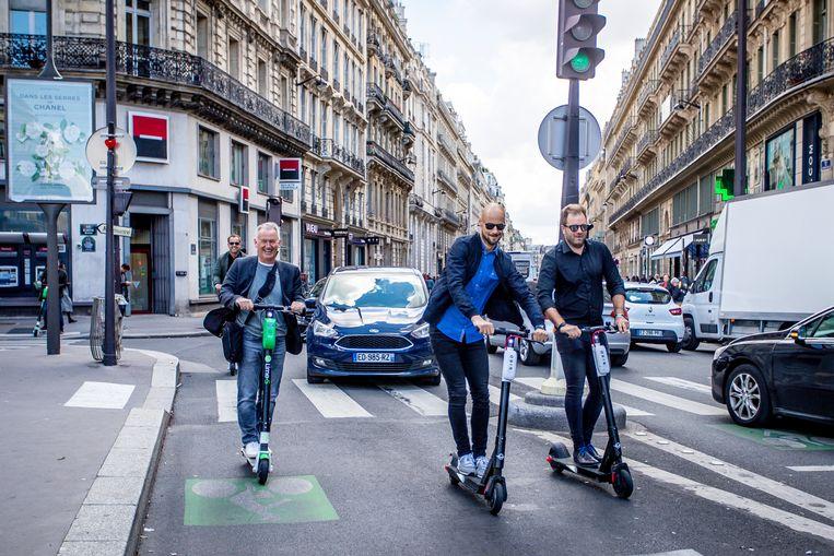 Tom Boonen, Niels Albert, Marc Degryse and Filip Dewulf rijden met de step richting Roland Garros.