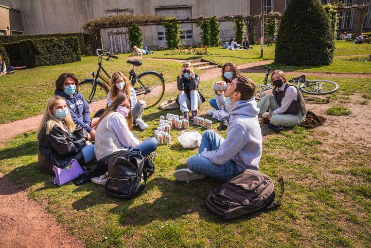 Studenten maken het gezellig in het park. Beeld Wannes Nimmegeers