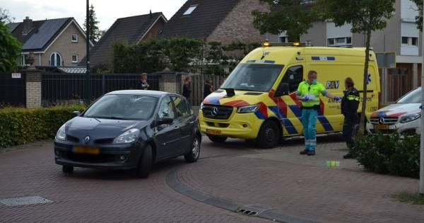 Fietser valt op voorruit bij botsing met auto in Boxtel.