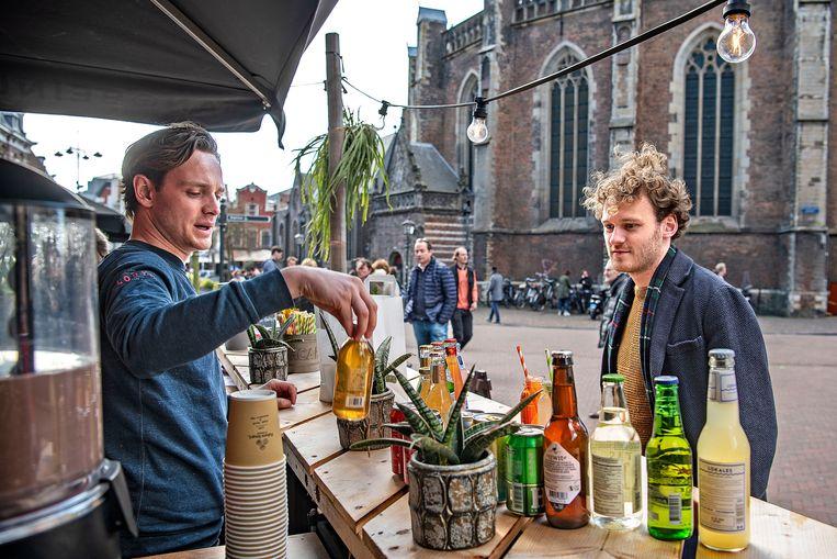 Brasserie Van Beinum is een van de deelnemende horecagelegenheden die meedoet aan de Tasty Walk in Haarlem. 'Mijn vak draait om mensen te dienen en ze een leuke tijd te bezorgen. De hele tijd binnen zitten voelt dan tegennatuurlijk.' Beeld Guus Dubbelman / de Volkskrant