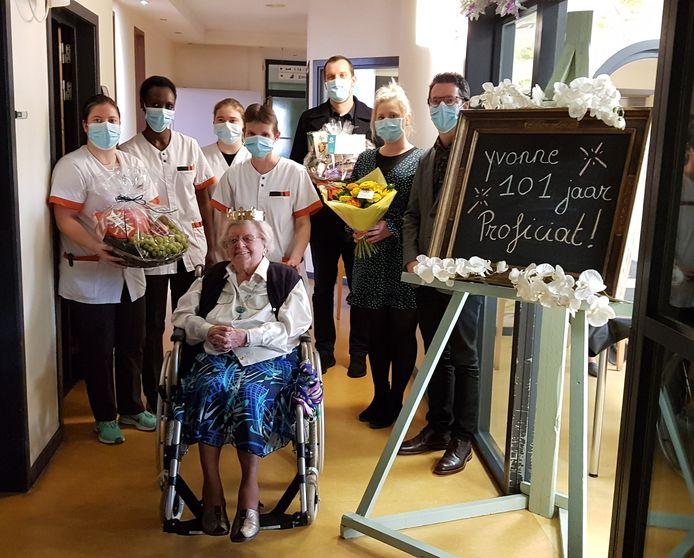 Yvonne Geeurickx mocht afgelopen week 101 kaarsjes uitblazen in wzc De Oase.