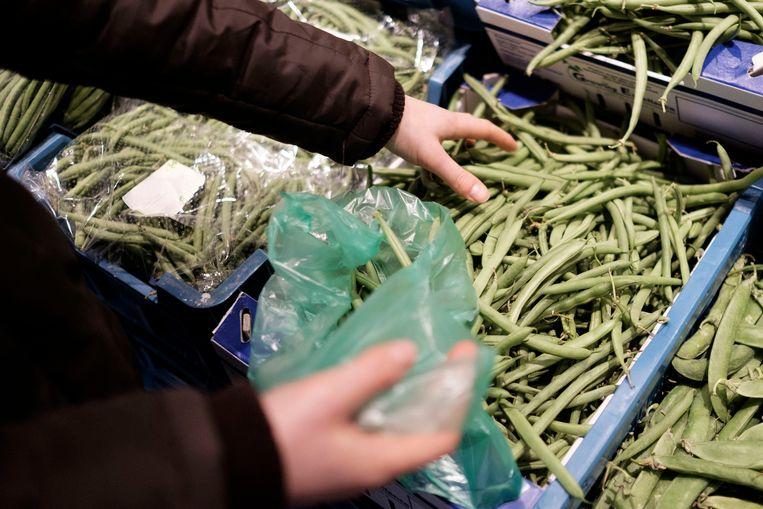 (Nog) niet op alle zakjes zou een verbod komen. Minister Joke Schauvliege maakt voorlopig een uitzondering voor de flinterdunne zakjes, zoals die voor groenten en fruit.  Beeld BELGA
