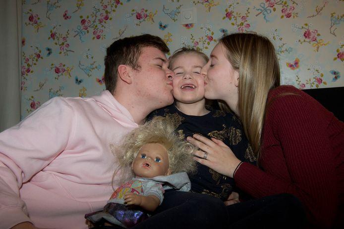 V.l.n.r. Wesley, Evi en Lize. Wesley en diens vriendin Lize zamelen geld in voor een rolstoelbus voor Evi, die door een progressieve stofwisselingsziekte steeds minder kan.