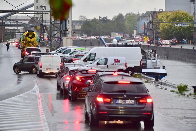 Zowel op de Trakelweg (links) in Roeselare als op de Kaaistraat (rechts naast het water) was het geduldig aanschuiven.