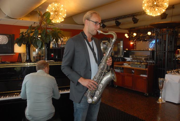De veelbelovende saxofonist Floriaan Wempe ziet in zijn antieke tenorsaxofoon.