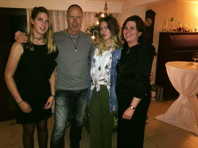 Een foto van even geleden: Anouk staat tussen haar vader Wim en een tante. Links op de foto staat haar zus Rosan.