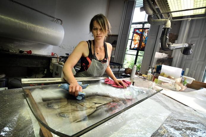 Desiree Groot Koerkamp  tijdens eerder onderhoud aan het kunstwerk.
