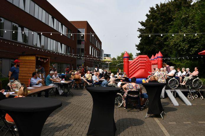 In seniorie De Maretak in Halle werd deze week  voor het eerst in anderhalf jaar tijd feest gevierd met de bewoners en hun familie tijdens de Zomermarebar.