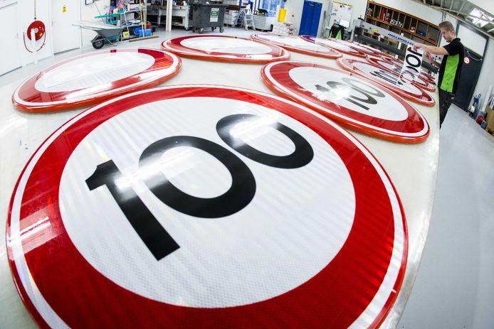 Bij Visser print & sign in Assen worden nieuwe verkeersborden voor de maximale snelheid 100 km per uur beplakt. Door op de helft van de snelwegen de maximumsnelheid te beperken tot 100 kilometer per uur wordt de stikstofuitstoot beperkt.