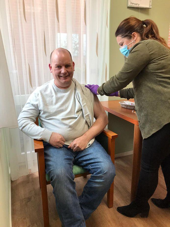 Rivas Zorggroep is begonnen met het vaccineren van haar bewoners. Op locatie De Waalburcht in Papendrecht krijgt Danny Visser zijn prik.