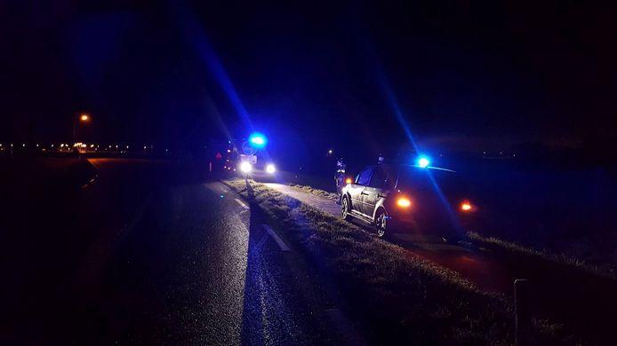 De politie biedt hulp aan een automobilist die van de weg is geraakt.