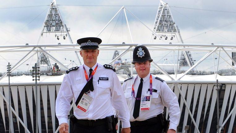 Politie-agenten bij het Olympisch Stadion. Beeld EPA