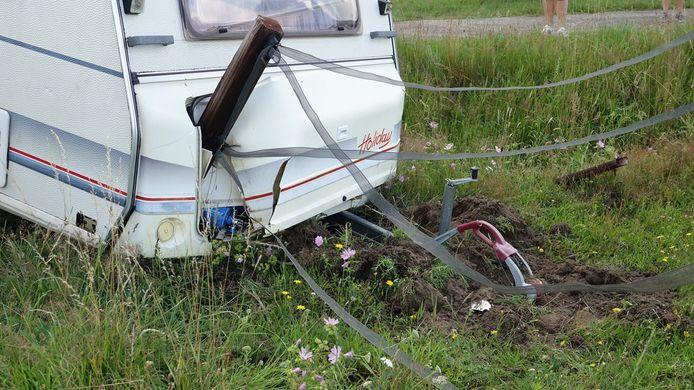 Een paal zorgde voor een flinke schade aan de wagen.
