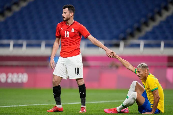 Mahmoud El Wench (Egypte) heeft Richarlison (Brazilië) een hand tijdens de kwartfinale van het voetbaltoernooi.