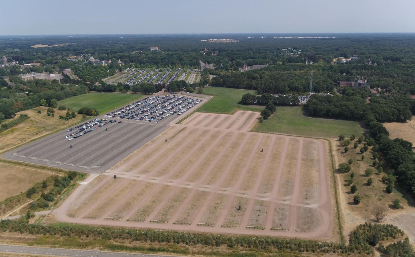 Luchtfoto van de parkeerterreinen ten westen van het attractiepark. Onder nog net te zien de Dodenauweg.