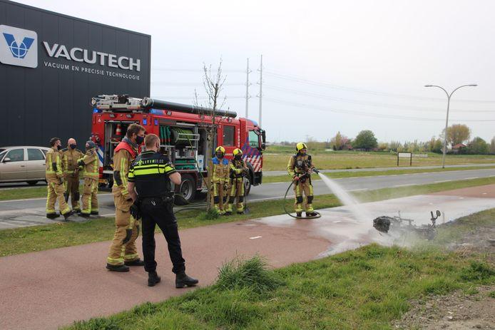 Scooter vliegt in brand na valpartij Harnaschdreef Den Hoorn.
