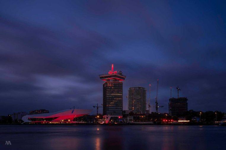 De Amsterdam Toren kleurt rood voor de evenementenbranche. Beeld Michel Swart