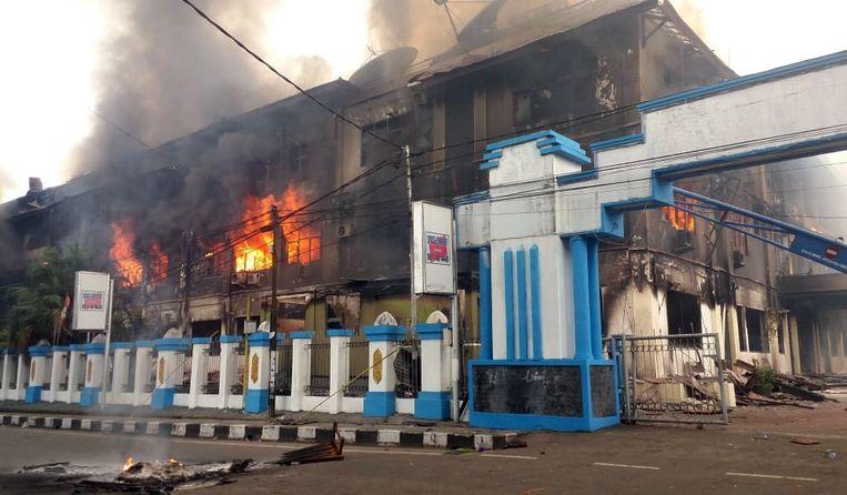 Het parlementsgebouw in Manokwari staat in brand. Beeld EPA