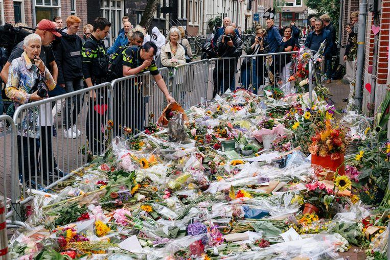 Een bloemenzee als eerbetoon voor Peter R. de Vries in de Lange Leidse Dwarsstraat. Beeld Marc Driessen