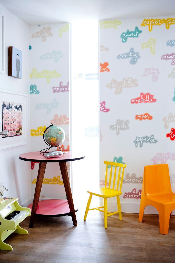 Cécile creëerde dit behangpapier, omdat haar dochters in het Frans en het Engels opgevoed worden.