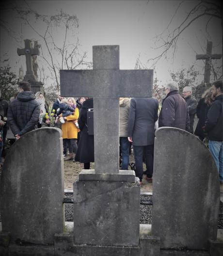 Familie rouwt in Dongen aan het oorlogsgraf van vier broers en een zus
