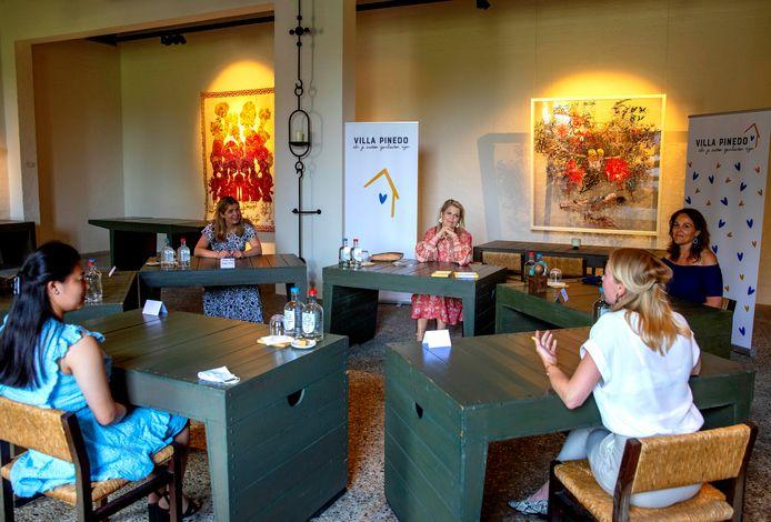 Koningin Máxima brengt een werkbezoek aan een organisatie die kinderen en jongeren met gescheiden ouders helpt.