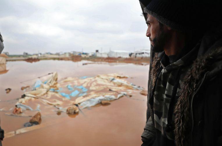 Door de zware regen is het onderkomen van veel vluchtelingen in Idlib onbewoonbaar geworden.  Beeld AFP