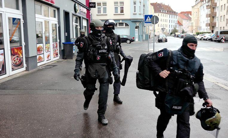 Speciale eenheden van de Duitse politie verlaten een appartement na een huiszoeking in Hannover, Duitsland Beeld epa