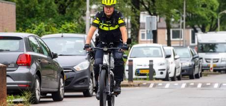 Geen ronkende motoren meer: politieagent Hilbert (35) rijdt door de stad op een muisstille speed pedelec