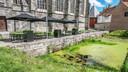 De bewuste gracht aan de Onze-Lieve-Vrouwekerk, bij een oude burchtmuur. Links zie je het terras van brasserie St.Medard aan het Deken Zegerplein.