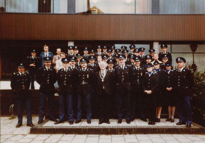 De groep Budel van de rijkspolitie samen met burgemeester Boudrie voor het voormalige politiebureau in Budel.