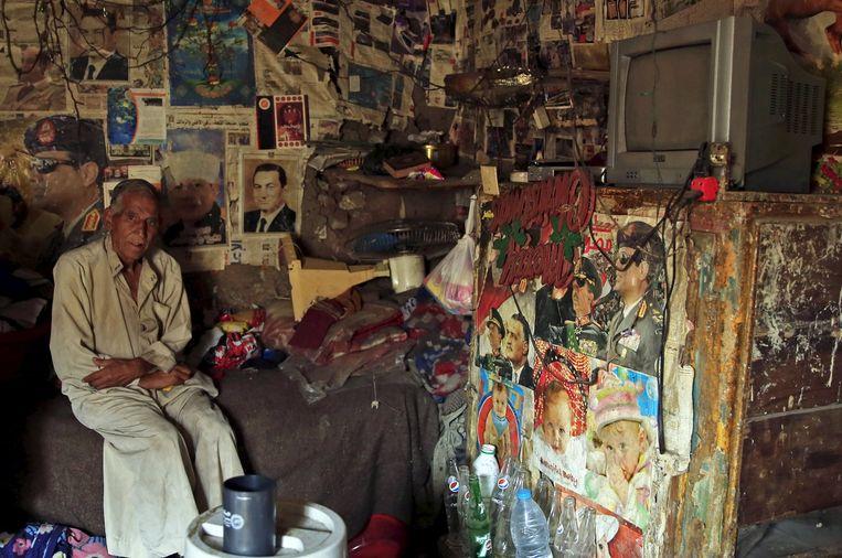 Een 76-jarige man poseert in zijn zelfgebouwde huis in een sloppenwijk aan de rand van Caïro Beeld Reuters