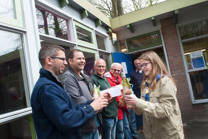 De vrijwilligers worden bedankt voor hun hulp bij het opknappen van het clubgebouw.