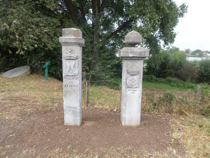 De monumentale Kaaie Paole op de Hoge Maasdijk op de grens van Andel en Veen zijn gerestaureerd en teruggeplaatst.